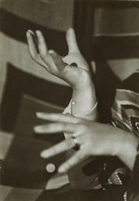 hände der malerin sonja delaunay [hands of the painter sonja delaunay] by germaine krull